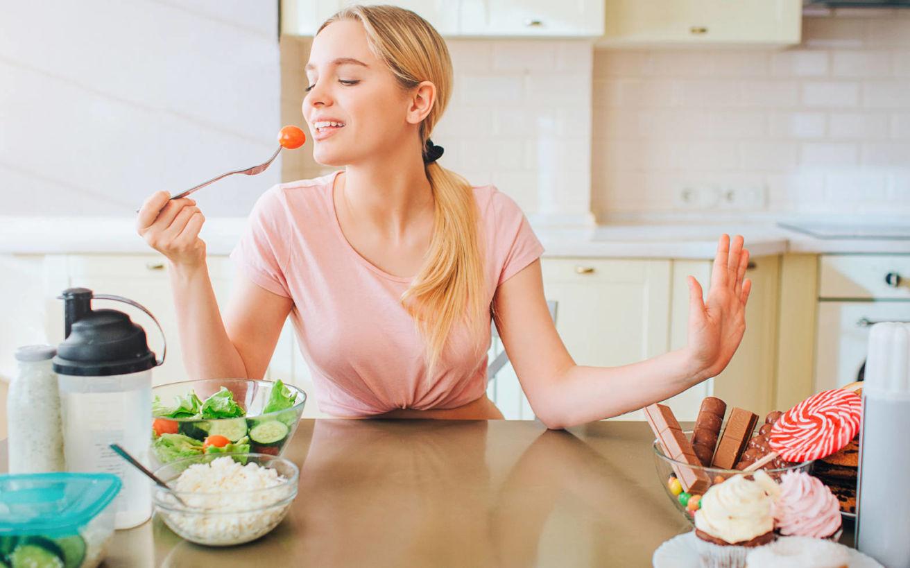 Η ερώτηση που έκανα στον εαυτό μου πριν κάθε γεύμα και τελικά άλλαξα τη σχέση μου με το φαγητό