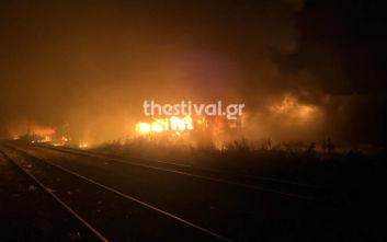 Θεσσαλονίκη: Μεγάλη φωτιά σε εγκαταλελειμμένα βαγόνια που διέμεναν παράτυποι μετανάστες