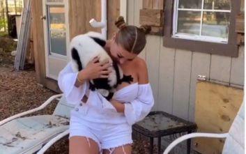 Μοντέλο του Playboy εξοργίζει τους φιλόζωους για τα παιχνίδια της με ζώα