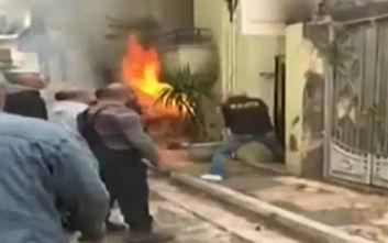 Βίντεο ντοκουμέντο από τη φωτιά στην Κυψέλη: Σπάνε την πόρτα για να σώσουν ανθρώπους