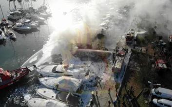 Η φωτιά σε σκάφη στη Γλυφάδα από... ψηλά