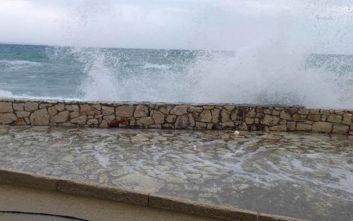 Καιρός: Η «Βικτώρια» αγρίεψε τη Ζάκυνθο με τα ψηλά κύματα να βγαίνουν στους δρόμους