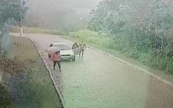 Γυμνός άνδρας κυνηγάει μία γυναίκα μέσα στη βροχή για να τη βιάσει