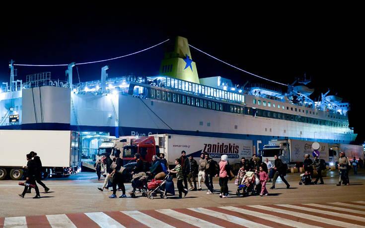 Στο λιμάνι του Πειραιά έφτασαν 370 μετανάστες και πρόσφυγες από Χίο και Μυτιλήνη