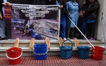 Με κουβάδες και καρβέλια ψωμί διαμαρτύρονται οι καθαρίστριες του Δρομοκαΐτειου