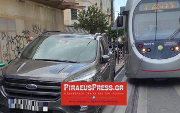 Χάος στον Πειραιά: Το τραμ «κόλλησε» λόγω παράνομα παρκαρισμένων αυτοκινήτων
