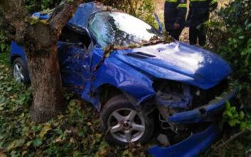 Εκτροπή αυτοκινήτου και σύγκρουση με δέντρο, στο νοσοκομείο δύο φοιτητές