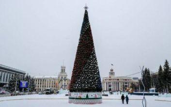 «Στόλισαν» δέντρο αξίας 18 εκατ. ρουβλιών στο φτωχό Κεμέροβο της Ρωσίας