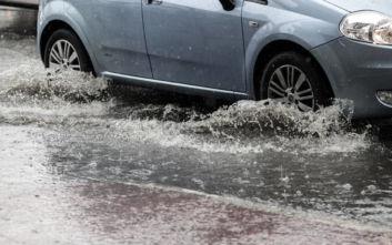 Καθίζηση του οδοστρώματος στο Παλαιό Φάληρο λόγω βροχής - Διακοπή κυκλοφορίας των οχημάτων
