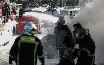 Υπό έλεγχο η πυρκαγιά σε σκάφη στη Γλυφάδα