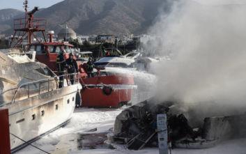 Φωτογραφίες από τη φωτιά στα σκάφη στη Μαρίνα Γλυφάδας