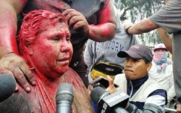 Διαδηλωτές κούρεψαν με τη βία δήμαρχο, την έβαψαν κόκκινη και την ανάγκασαν να περπατά ξυπόλητη επί ώρες