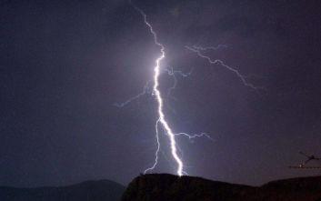 Κακοκαιρία Ιανός: Κεραυνός έπεσε πάνω σε πυλώνα της ΔΕΗ