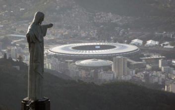 Στα χρώματα της Φλαμένγκο το άγαλμα του Ιησού στο Ρίο