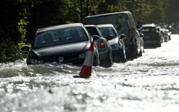 Τραγωδία από την κακοκαιρία στη Βρετανία: Μία νεκρή από τα ποτάμια λάσπης