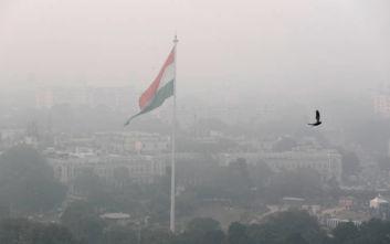 Η ατμοσφαιρική ρύπανση κλείνει τα σχολεία στο Νέο Δελχί, μοιράστηκαν 5 εκατ. μάσκες