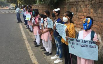 Άνοιξαν σήμερα τα σχολεία στο Νέο Δελχί, με μάσκες τα παιδιά
