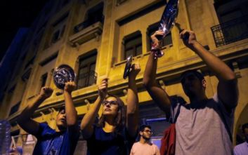 Διαδηλωτές στον Λίβανο χτυπούσαν όλο το βράδυ κατσαρόλες και τηγάνια έξω από σπίτια βουλευτών