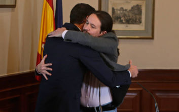 Έπεσαν οι υπογραφές για την πρώτη κυβέρνηση συνασπισμού στην Ισπανία μετά την επάνοδο της Δημοκρατίας