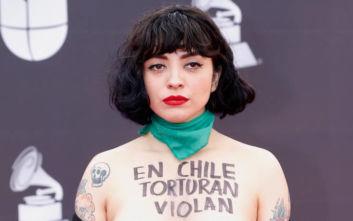 Η τραγουδίστρια που διαμαρτυρήθηκε για τη Χιλή ξεγυμνώνοντας το στήθος της