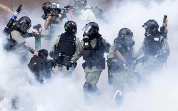 Απίστευτες εικόνες στο Χονγκ Κονγκ: Δεκάδες διαδηλωτές το «έσκασαν» από την πολιορκούμενη σχολή