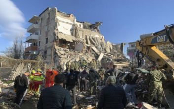 Φονικός σεισμός στην Αλβανία: Ανασύρθηκε ζωντανός άνδρας από τα ερείπια