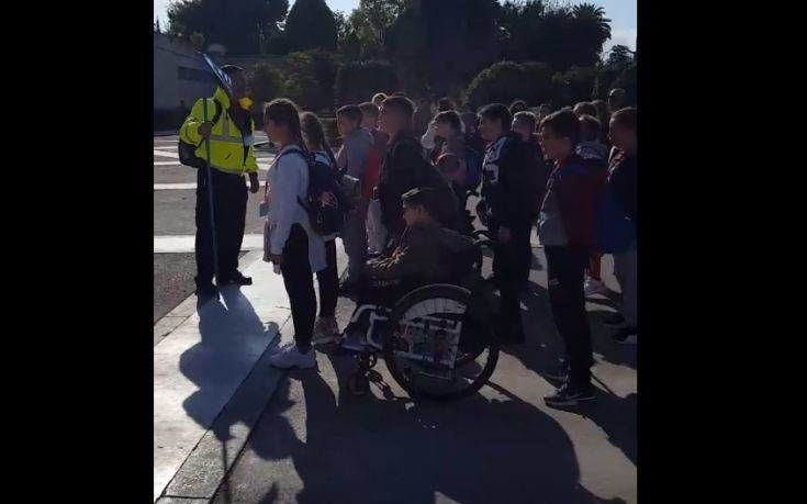 Δάσκαλος δίνει στρατιωτικά παραγγέλματα σε μαθητές στο μνημείο του Άγνωστου Στρατιώτη