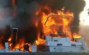 Γυναίκα πήδηξε από το φλεγόμενο σκάφος στη Μαρίνα Γλυφάδας για να σωθεί