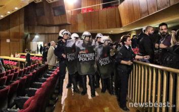 Νίκος Μιχαλολιάκος: Κλίμα έντασης και ανταλλαγή συνθημάτων μετά την απολογία