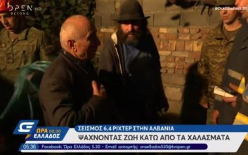Φονικός σεισμός στην Αλβανία: Η συγκλονιστική στιγμή που διασώστες δίνουν ένα ρολόι σε συγγενή νεκρού