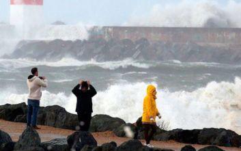 Η καταιγίδα «Αμελί» σαρώνει τις γαλλικές ακτές με ανέμους 160 χλμ.