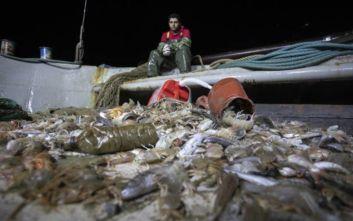 Οκτακόσια κιλά πλαστικά και τσιμεντόλιθους ψάρεψαν τράτες σε Καβάλα και Μηχανιώνα