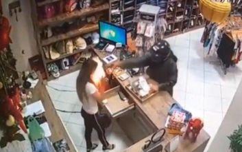 Σοκάρει βίντεο με ληστή να πυροβολεί στο κεφάλι 23χρονη