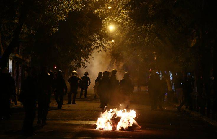 Επεισόδια στα Εξάρχεια με πέτρες εναντίον αστυνομικών από ομάδα περίπου 100 ατόμων 1