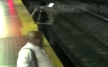 Κοίταζε το κινητό του και έπεσε στις ράγες του μετρό