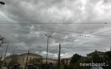 Σκοτείνιασε ο ουρανός πάνω από την Αθήνα