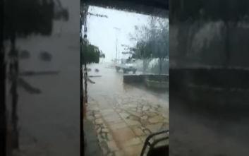 Καιρός: Η «Βικτώρια» σαρώνει την Κέρκυρα, δυνατός άνεμος παρέσυρε αυτοκίνητο