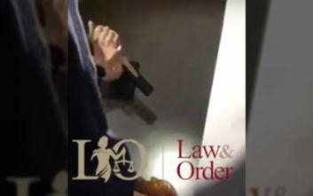 Η στιγμή που αστυνομικοί συλλαμβάνουν διαρρήκτη κρυμμένο σε ντουλάπα