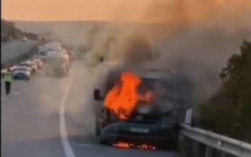 Απίστευτες εικόνες από φορτηγό που τυλίχθηκε στις φλόγες και παρέλυσε ο αυτοκινητόδρομος