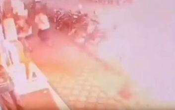 Η συγκλονιστική στιγμή που γυμνό καλώδιο 20.000 Volt χτυπάει γυναίκα