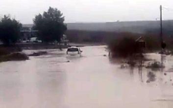 Εγκλωβισμένο ΙΧ σε πλημμυρισμένο δρόμο στη Ροδόπη