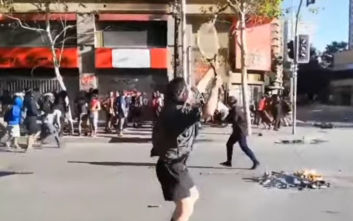 Διαδηλωτής στη Χιλή έτοιμος να αντιμετωπίσει Αστυνομία και... Τσιτσιπά