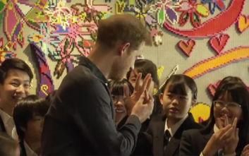 Μαθήτρια είπε «όμορφο» τον πρίγκιπα Χάρι και εκείνος της έδειξε τη βέρα του