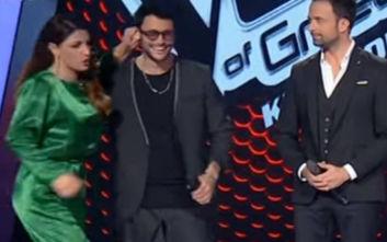 The Voice: Η Έλενα Παπαρίζου τράβηξε το αυτί διαγωνιζόμενου του Σάκη Ρουβά