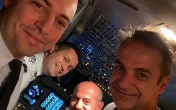 Κυριάκος Μητσοτάκης: Selfie στο πιλοτήριο του αεροπλάνου