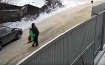 Η τρομαχτική στιγμή που παιδόφιλος αρπάζει 9χρονη