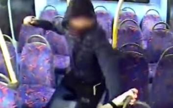 Σοκαριστικό βίντεο, έφηβοι απειλούν και εξευτελίζουν ζευγάρι γυναικών μέσα σε λεωφορείο