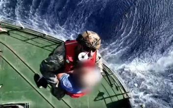 Καρέ-καρέ η διακομιδή ασθενούς από πλοίο του Ρωσικού Πολεμικού Ναυτικού στα ανοικτά της Γαύδου