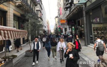 Πρεμιέρα για τις φθινοπωρινές εκπτώσεις: Τι λένε καταναλωτές και εργαζόμενοι στο newsbeast.gr