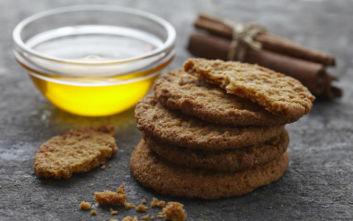 Μπισκότα τζίντζερ με μέλι και κανέλα